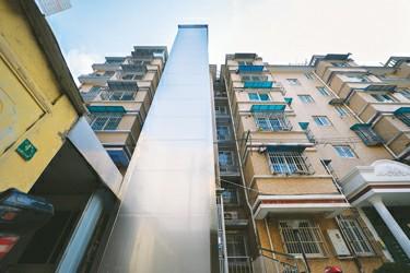 电梯依楼而建,不影响房屋本身结构